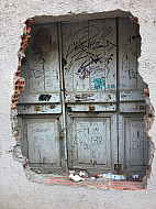 Girona,Spain_graffitiholeinwall